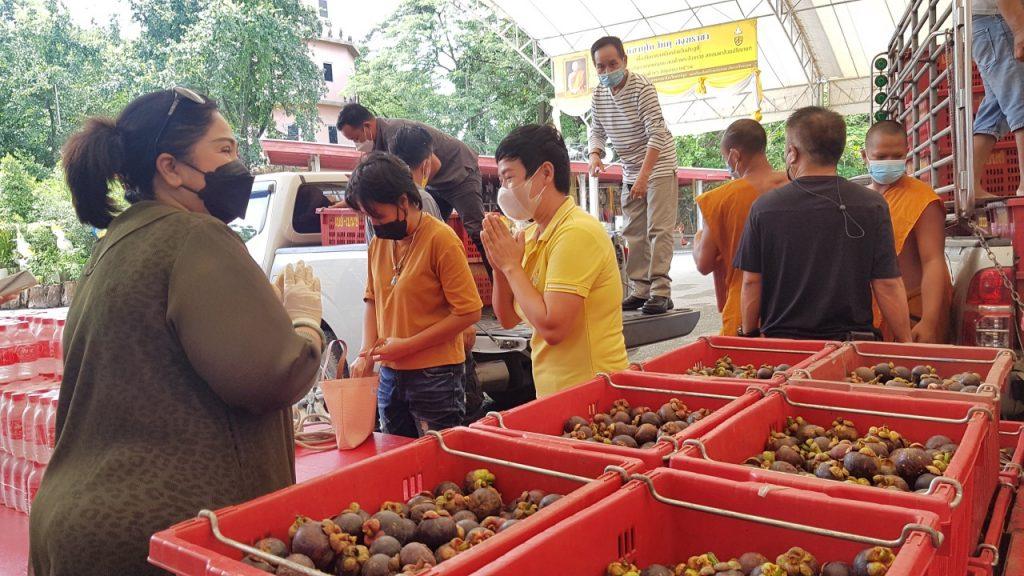 แม่ค้าขายผลไม้ ได้โชคจาก พระเงิน พระทอง ถูกลอตเตอรี่ รวม 60 ใบ